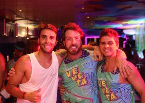 Daniel Cady aproveita noite com amigos no Camarote da Veveta
