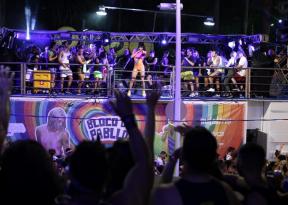 Pabllo Vittar desfila no circuito Barra-Ondina com direito a troca de figurino
