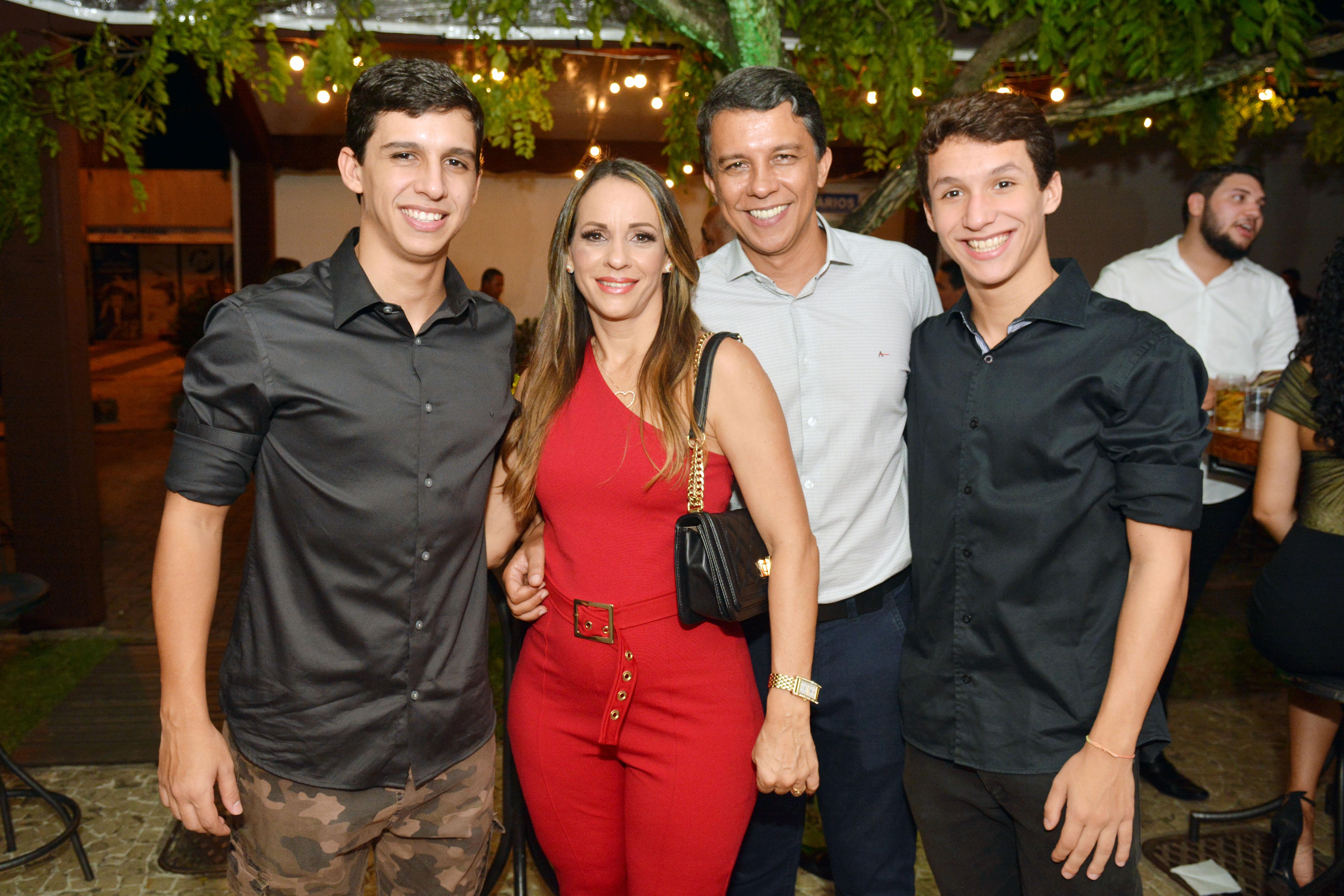 Gabriel, Jean e Rafael Felix com Jô Abreu