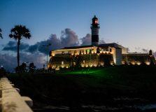 Farol da Barra tem iluminação especial em homenagem a defensores públicos