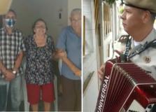 Policial toca sanfona em visita surpresa aos pais idosos