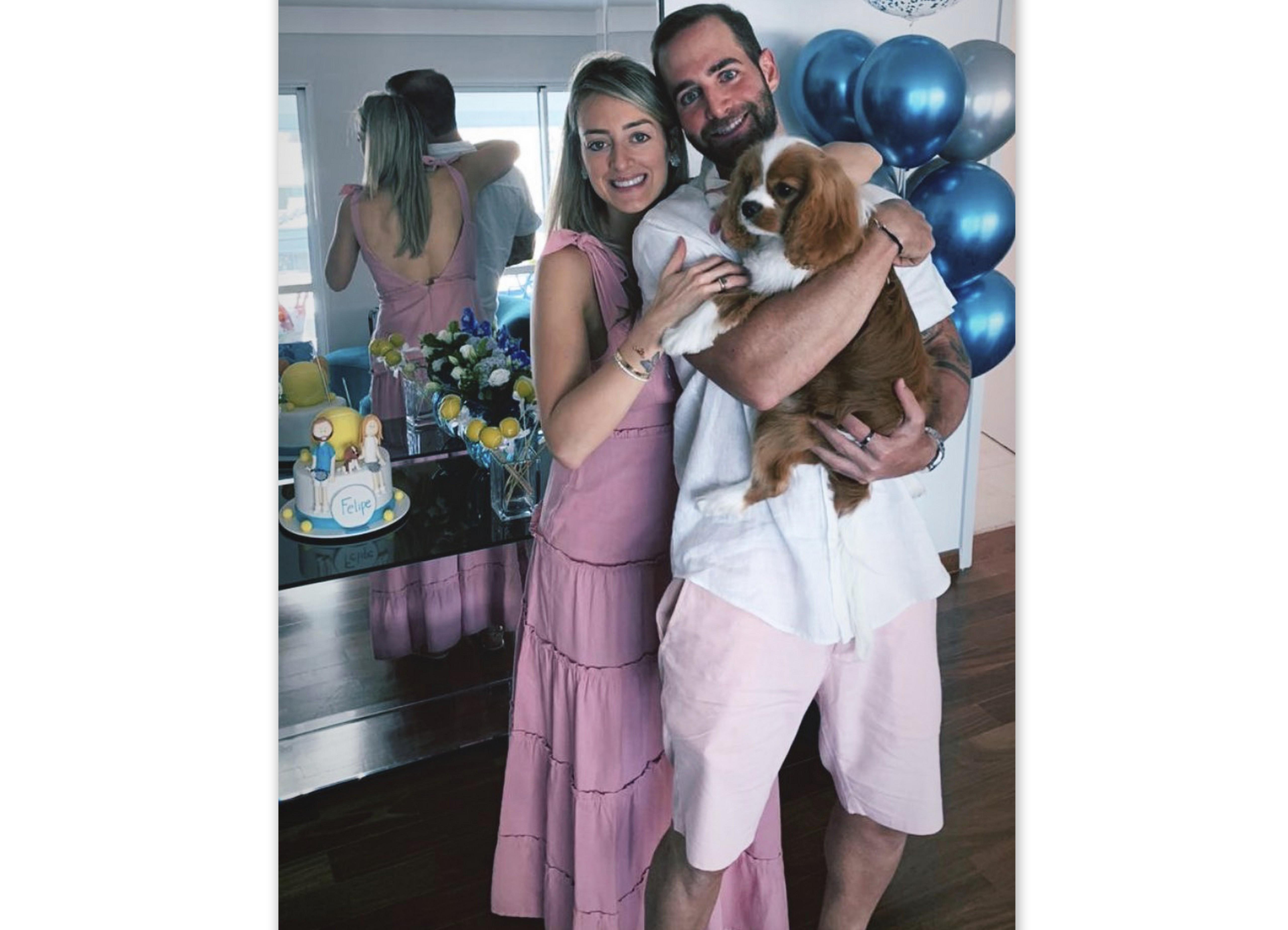 Felipe Malheiros comemorou o aniversário ao lado da namorada Samantha Coltro e do dog Dendê, em São Paulo.