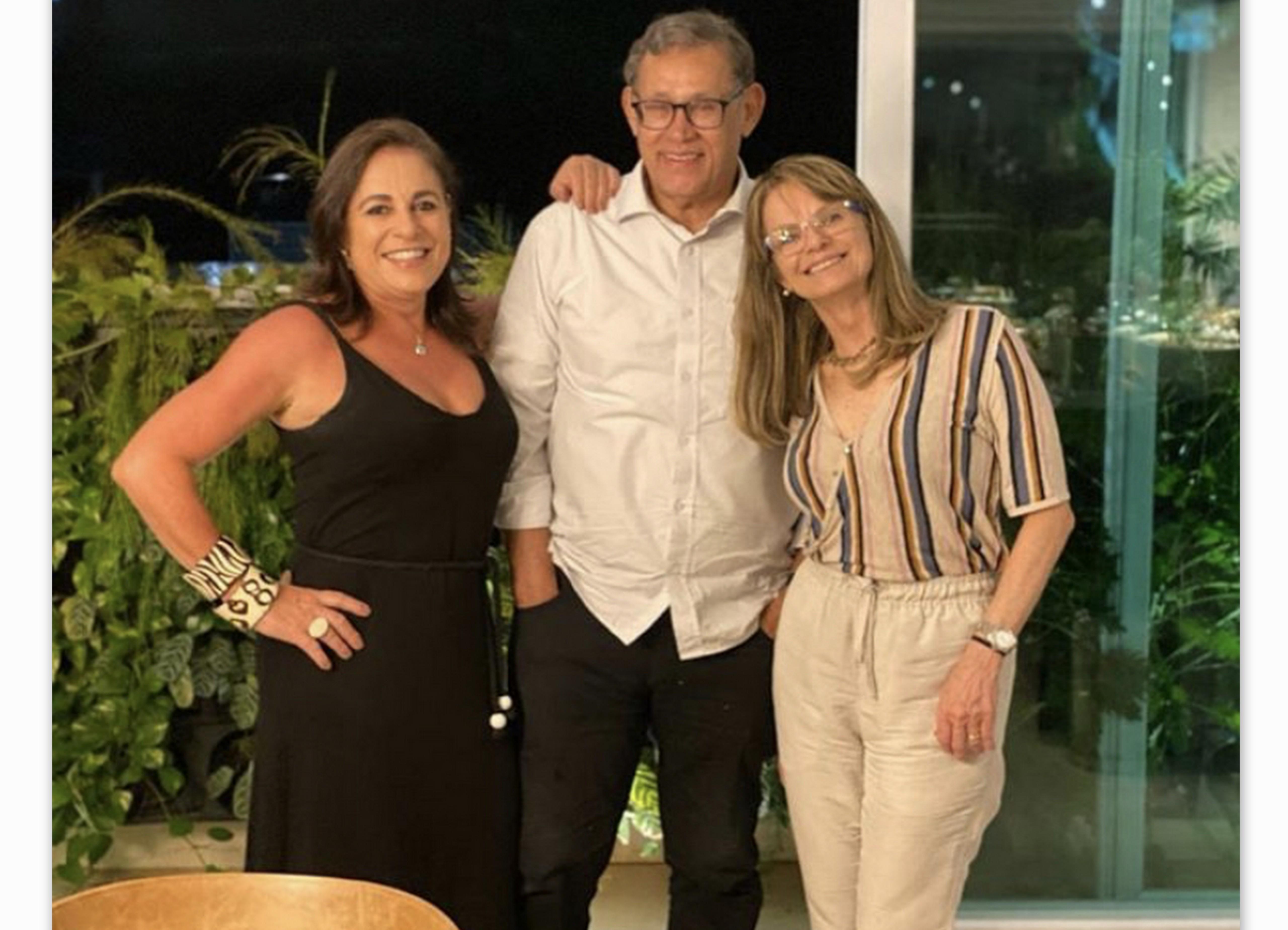 Maria Clara Alban, Dr. Roberto Badaró e Ana Cristina, em jantar intimista.