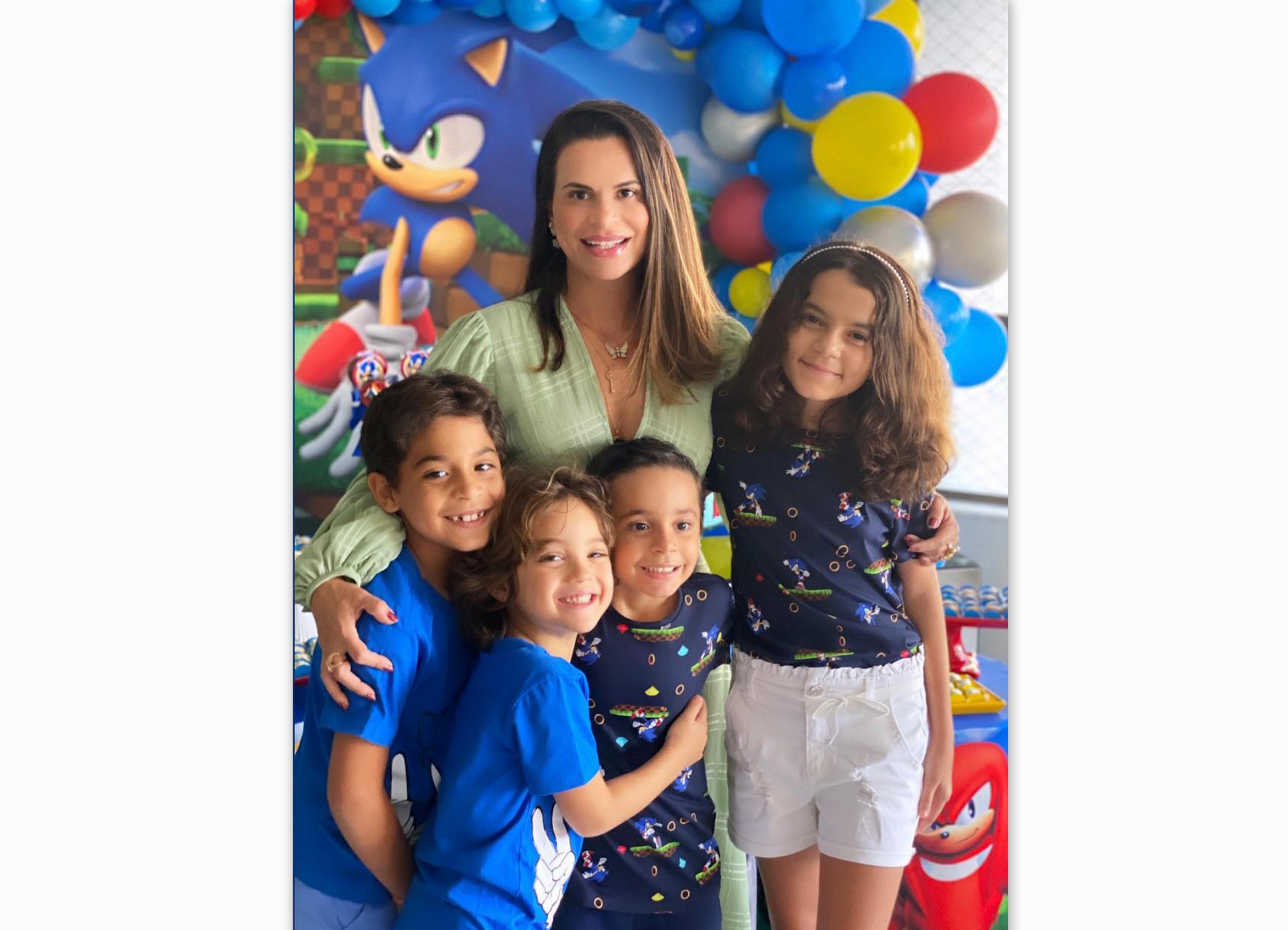 Roberta Föppel celebra o aniversário de Gamil Jr, com Vicenzo, Zeca e Valentina.