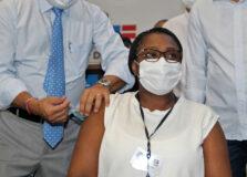 Enfermeira, idosa, índia e médico recebem as primeiras vacinas contra a Covid-19 na Bahia