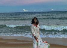 """""""Em algum pedaço do paraíso"""", diz Gloria Maria ao desembarcar na Bahia"""