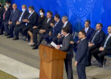 Jair Bolsonaro assina termo de posse de João Roma, o novo Ministro da Cidadania do Brasil