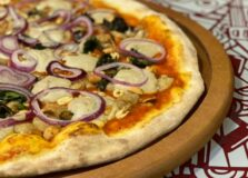 Pizzaria lança sabores veganos inspirados em ícones do rock